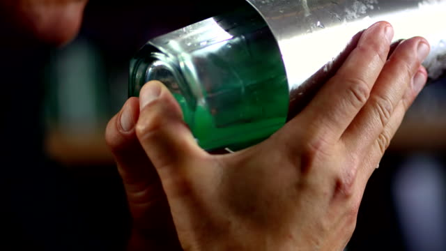stockvideo's en b-roll-footage met hd super slow-mo: bartender mixing drink - cocktail
