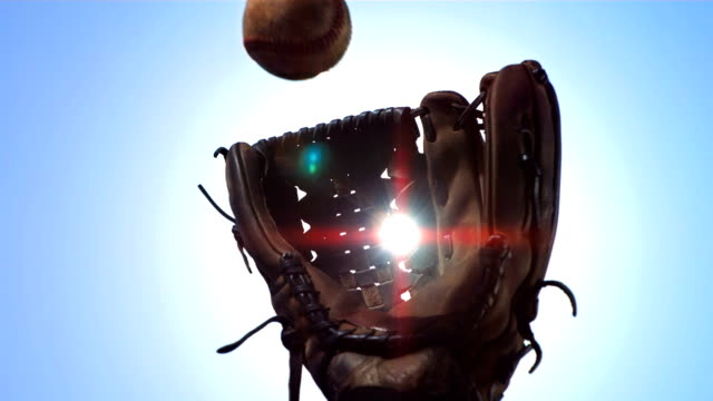 stockvideo's en b-roll-footage met hd super slow-mo: baseball glove catching ball - honkbal teamsport