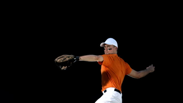 stockvideo's en b-roll-footage met hd super slow-mo: baseball pitcher throwing ball - honkbal teamsport