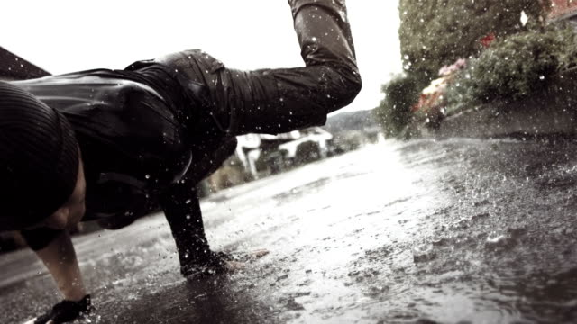 stockvideo's en b-roll-footage met hd super slow-mo: b-boy dancing in the rain - hiphop