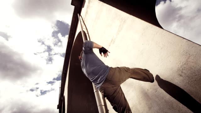 vídeos de stock e filmes b-roll de hd super em câmara lenta: b-rapaz a efectuar uma parede flip - break dance