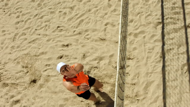super zeitlupe, hd: beach-volleyball-spieler mit - volleyball mannschaftssport stock-videos und b-roll-filmmaterial