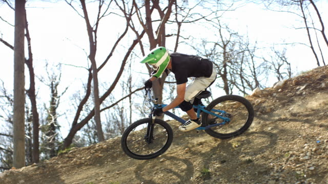 hd super slow-motion: motociclista corsa su trail - gara off road video stock e b–roll