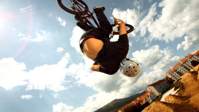 stockvideo's en b-roll-footage met hd super slow-mo: bmx dirt rider performing backflipping - acrobatiek