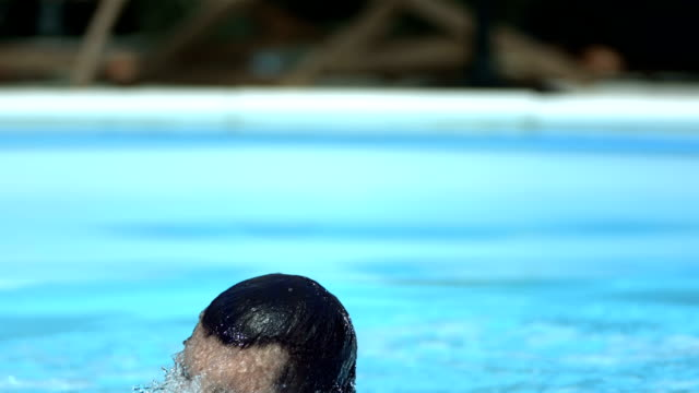 stockvideo's en b-roll-footage met hd super slow-mo: businessman jumping out of the pool - zakelijke kleding