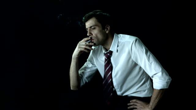 vídeos de stock e filmes b-roll de hd super em câmara lenta: empresário com um cigarro - camisa e gravata