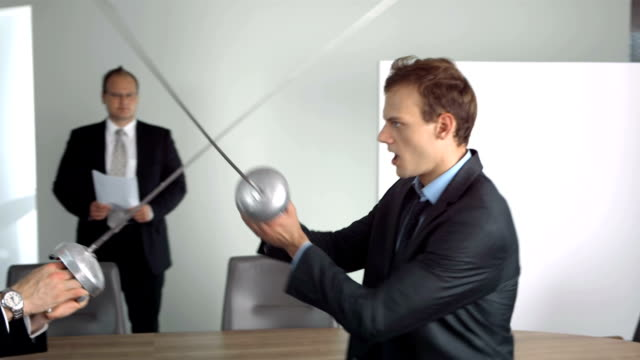 stockvideo's en b-roll-footage met hd super slow-mo: businessmen competing with fencing foils - zwaard