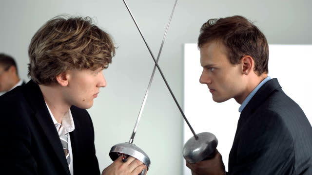 stockvideo's en b-roll-footage met hd super slow-mo: businessmen facing off with fencing foils - zwaard