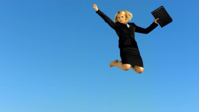 - super zeitlupe, hd: geschäftsfrau vor blauem himmel - 30 34 jahre stock-videos und b-roll-filmmaterial