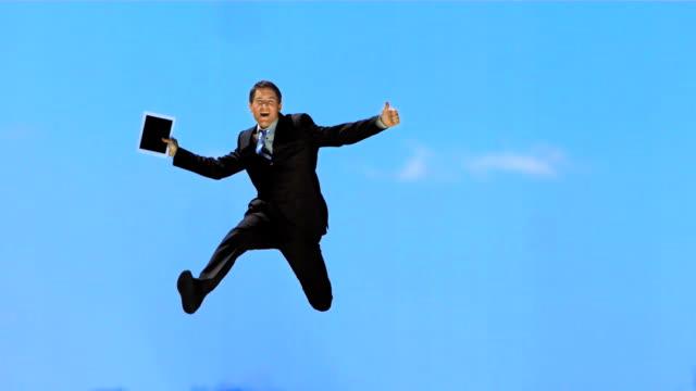 hd super slow-motion: allegro uomo d'affari con il pollice in su esprimere a gesti - pedana elastica per saltare video stock e b–roll