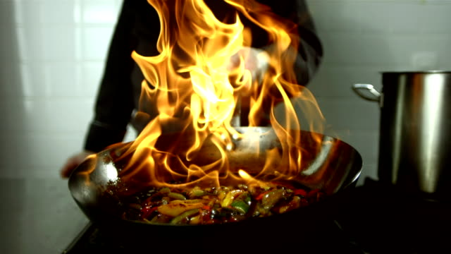 stockvideo's en b-roll-footage met hd super slow-mo: chef flambeing vegetables - dranken en maaltijden