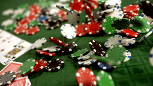 stockvideo's en b-roll-footage met hd super slow-mo: chips falling on a poker table - casino
