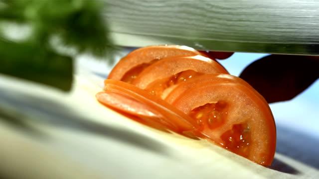 vídeos de stock, filmes e b-roll de super câmera hd-seg: cortar fatias de tomate - tomato