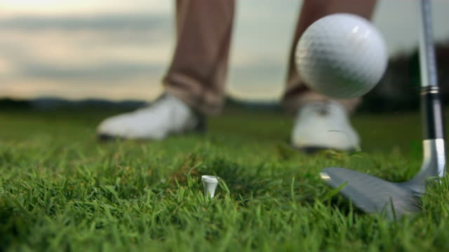 vidéos et rushes de hd super slow-motion: gros plan d'un tee-shirt photo - balle de golf