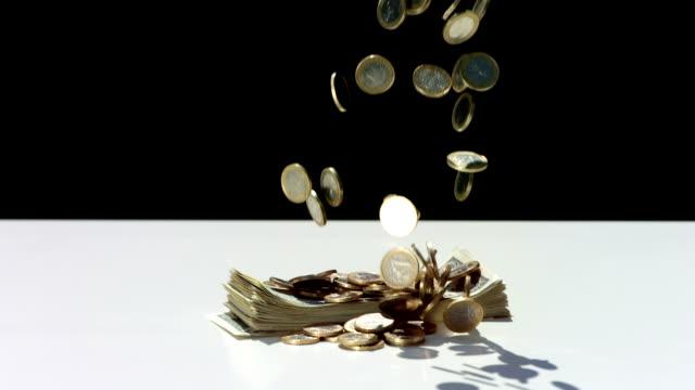 super zeitlupe, hd: geld münzen fallen über stack - lotterie stock-videos und b-roll-filmmaterial