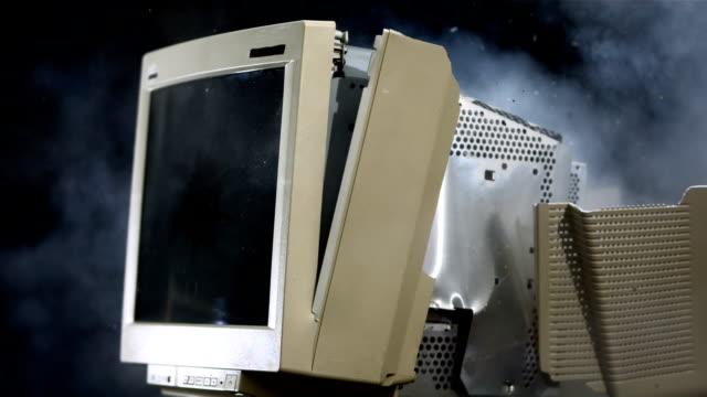 vídeos de stock, filmes e b-roll de super câmera hd-seg: monitor de computador explosão - computador desktop
