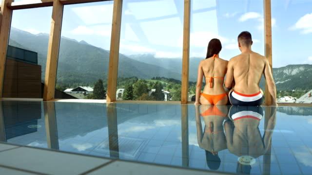 hd 超スローモーション: カップルでお楽しみいただけるプールからの眺め - adults only videos点の映像素材/bロール