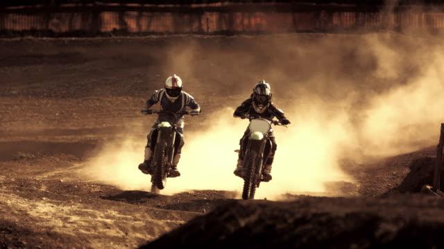 vídeos y material grabado en eventos de stock de super slow-mo: motos de tierra acelerando a lo largo de la pista - deporte de competición