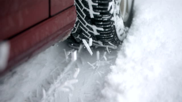 stockvideo's en b-roll-footage met hd super slow-mo: driving in the snow - autoband