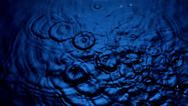 hd super slow-motion: gocce si increspa sulla superficie dell'acqua - pioggia video stock e b–roll