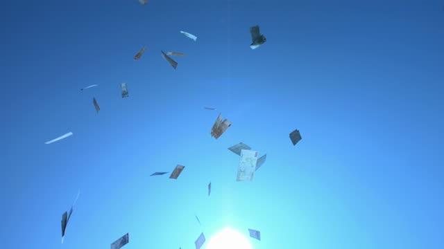 vídeos de stock, filmes e b-roll de super câmera hd-seg: notas de euro caindo do céu - nota de cinquenta euros