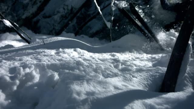 hd super slow-motion: extreme sciatore spruzzare neve alla macchina fotografica - sci sci e snowboard video stock e b–roll
