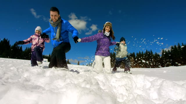 hd super slow-motion: famiglia trudging da neve - winter video stock e b–roll