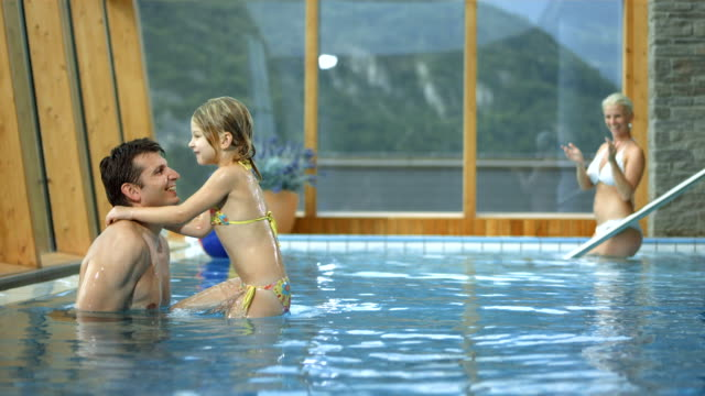 hd 超スローモーション: 父と娘のプールでは、反転(反転) - 子供1人の家庭点の映像素材/bロール