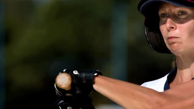 vídeos y material grabado en eventos de stock de hd super cámara lenta: masa empanada en acción de softball femenino - sófbol