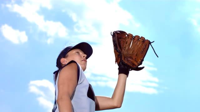 vídeos y material grabado en eventos de stock de hd super cámara lenta: softball femenino de béisbol en acción - sófbol
