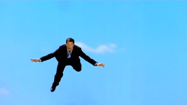 - super zeitlupe, hd: angst geschäftsmann fallen vom himmel - in der luft schwebend stock-videos und b-roll-filmmaterial