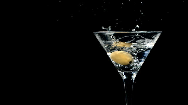 super zeitlupe, hd: garnishing martini mit olive - füllen stock-videos und b-roll-filmmaterial