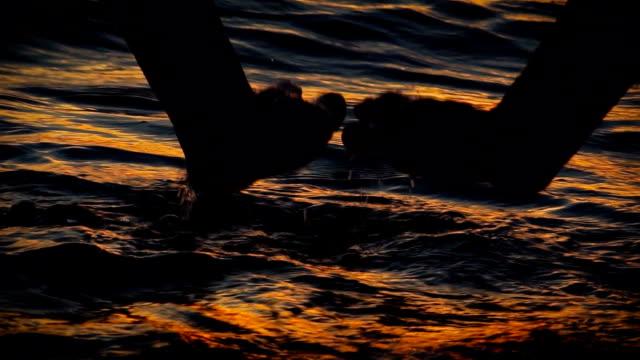 hd super slow-mo: hand stänk vattenytan - smeka bildbanksvideor och videomaterial från bakom kulisserna