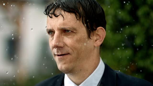 HD Super Slow-motion: Heureux Homme d'affaires sous la pluie