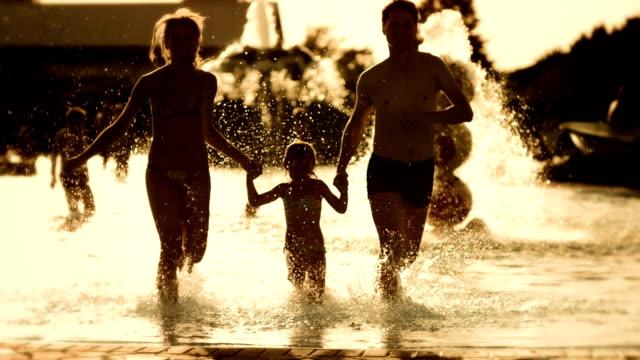 Super Zeitlupe, HD: Glückliche junge Familie im Wasserpark