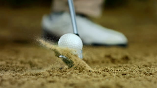 vidéos et rushes de hd super slow-motion: frapper le ballon de bunker - balle de golf