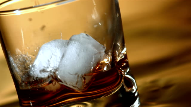 stockvideo's en b-roll-footage met hd super slow-mo: ice falling into whisky glass - alcohol