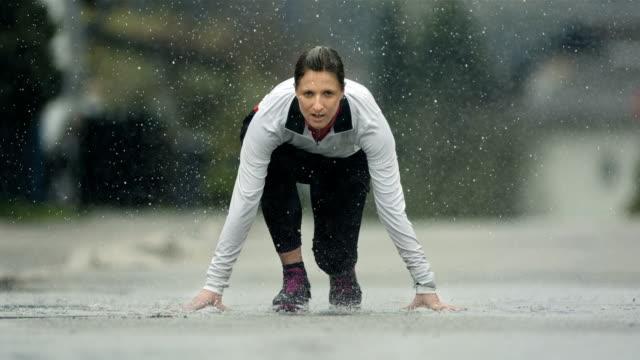 HD Super Slow-motion: Femmes à partir de course Intense