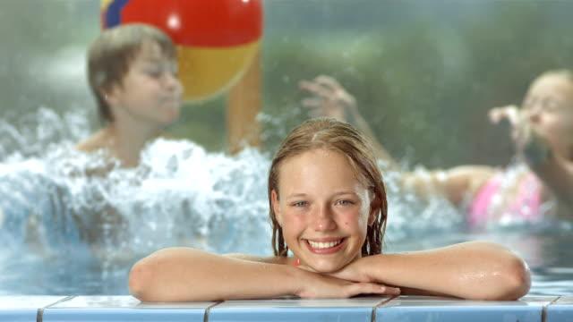 vídeos de stock e filmes b-roll de hd super em câmara lenta: crianças na piscina - water's edge