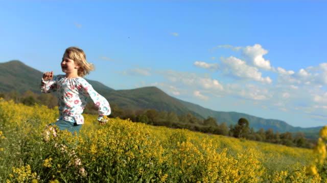 Super Zeitlupe, HD: Kleines Mädchen Laufen In der Wiese