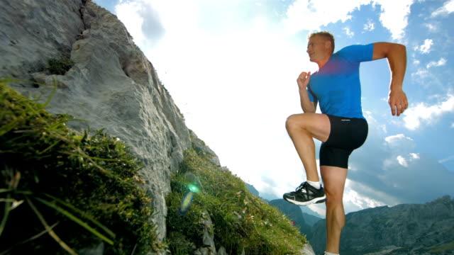 vídeos de stock, filmes e b-roll de super câmera hd-seg: homem corrida subida - colina acima