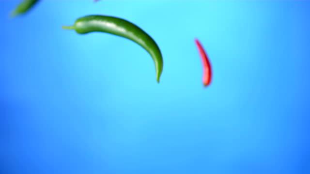 hd super slow-mo: mix of chili peppers - krydda bildbanksvideor och videomaterial från bakom kulisserna