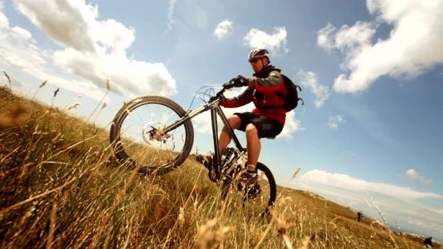 Super Zeitlupe, HD: MTB Riding Wheelie In der Wiese