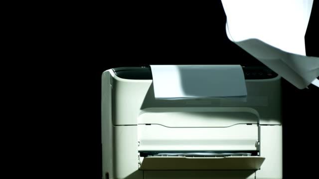 vidéos et rushes de hd super slow-motion: chute de papiers vintage et imprimante - objet en papier