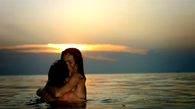 stockvideo's en b-roll-footage met hd super slow-mo: passionately making out in the sea - jong koppel