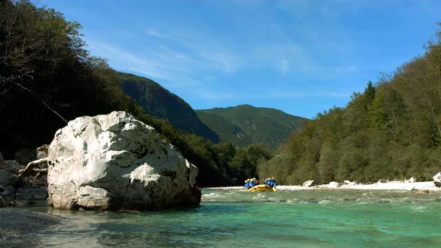 vídeos de stock, filmes e b-roll de super câmera hd-seg: pessoas rafting no rio - artigo de vestuário para cabeça