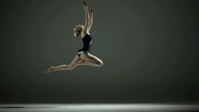 hd super slow-motion: eseguendo un salto acrobatica - dance studio video stock e b–roll