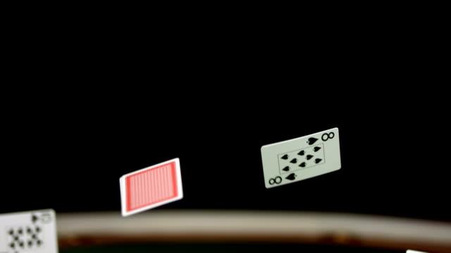 vídeos de stock e filmes b-roll de hd super em câmara lenta: cartões de poker de casino cair na tabela - póquer