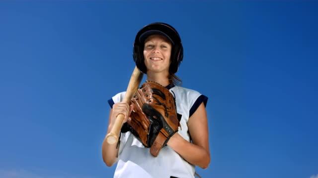 vídeos y material grabado en eventos de stock de hd super cámara lenta: retrato de una mujer jugador de béisbol - sófbol