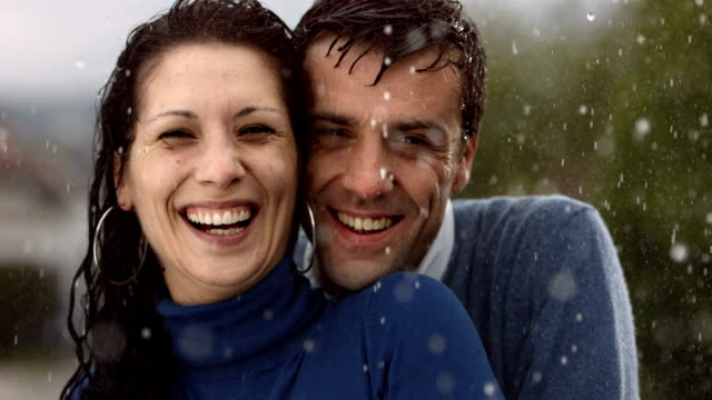 hd super slow-motion: ritratto di coppia felice sotto la pioggia - giovane nell'animo video stock e b–roll